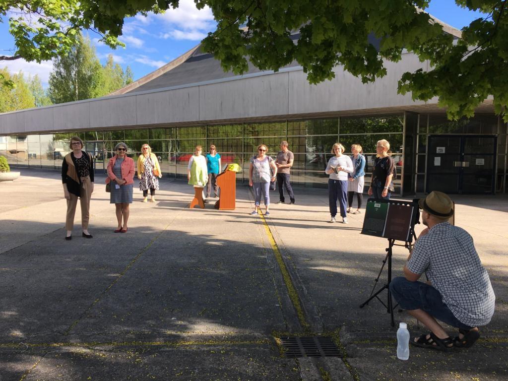 Kuvassa Luukaskuorolaiset valmistautuvat laulamaan suvivirren, virsi 571, FB-livelähetyksessä Lauritsalan kirkon pihalla.